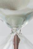 Закройте вверх по белый пропускать песка винтажных деревянных часов на белизне Стоковые Фотографии RF
