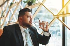 Закройте вверх по бизнесмену портрета сидя в кофе Стоковая Фотография RF