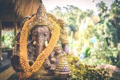 Закройте вверх по бронзовой статуе Ganesha и золотой текстуре Ganeshs индусский бог успеха Остров Бали стоковые изображения