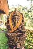 Закройте вверх по бронзовой статуе Ganesha и золотой текстуре Ganeshs индусский бог успеха Остров Бали стоковая фотография