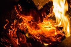 Закройте вверх по бумаге горя в пламени Стоковые Изображения