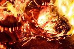 Закройте вверх по бумаге горя в пламени Стоковое Фото