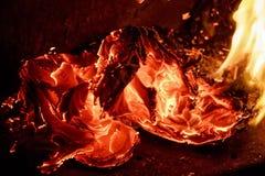 Закройте вверх по бумаге горя в пламени Стоковые Фотографии RF