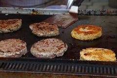 Закройте вверх по бургерам говядины для гамбургера на гриле bbq Стоковые Фотографии RF