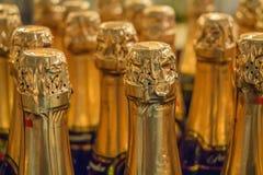 Закройте вверх по бутылкам шампанского в супермаркете Стоковая Фотография