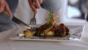 Закройте вверх по блюдам с аппетитной едой сток-видео