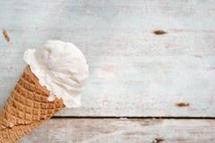 Закройте вверх по ванильному конусу мороженого Стоковая Фотография