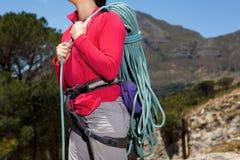 Закройте вверх по веревочке нося женского альпиниста на горе Стоковые Изображения