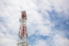 Закройте вверх по верхней части башни связи башня антенны радио Стоковая Фотография