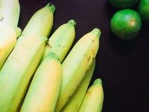 Закройте вверх по верхней части желтого банана и зеленого ингридиента известки Азии Стоковые Изображения