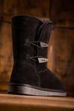 Закройте вверх по взгляду ботинка зимы стоя на деревянном столе Стоковые Фото