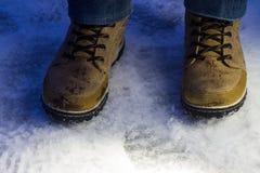 Закройте вверх по взгляду ботинок зимы на снеге стоковая фотография rf