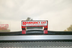 Закройте вверх по взгляду знака и защелки аварийного выхода Стоковое Изображение