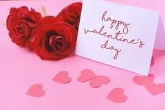 Закройте вверх по взгляду красных роз с карточкой дня валентинок Стоковая Фотография