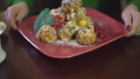 Закройте вверх по взгляду на очень вкусном вкусном десерте торта пудинга печенья заварного крема мусса cream слойки с ягодами на  видеоматериал