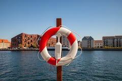 Закройте вверх по взгляду плавая кольца с рекой города и зданий на предпосылке стоковые изображения rf