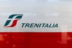 Закройте вверх по взгляду поезда Trenitalia Frecciarossa на централи Милана стоковые изображения rf