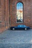 закройте вверх по взгляду припаркованного черного автомобиля на улице в Копенгагене, Дании Стоковая Фотография