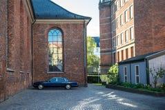 закройте вверх по взгляду припаркованного черного автомобиля на улице в Копенгагене, Дании Стоковая Фотография RF