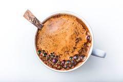 Закройте вверх по взгляду пузыри в кружке белого кофе Стоковые Изображения RF