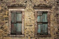 Закройте вверх по взгляду старых, закрытых деревянных штарок Стоковые Фотографии RF
