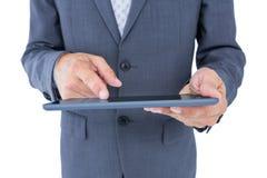Закройте вверх по взгляду бизнесмена используя планшет Стоковые Фотографии RF