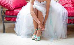 Закройте вверх по взгляду женщины кладя ботинок дальше Стоковое Изображение RF