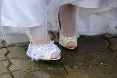Закройте вверх по взгляду женщины кладя некоторый ботинок дальше Стоковое фото RF