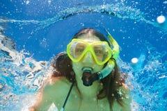 Закройте вверх по взгляду женщины плавая под водой Стоковые Изображения