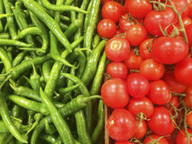 Закройте вверх по взгляду зеленых и красных томатов вишни на рынке Стоковые Фотографии RF