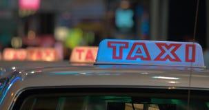 Закройте вверх по взгляду знака такси на кабинах ждать людей фарфор Hong Kong акции видеоматериалы