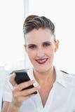 Закройте вверх по взгляду коммерсантки используя smartphone Стоковое Изображение RF