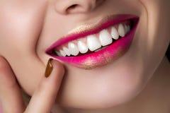 Закройте вверх по взгляду красивых усмехаясь губ женщины Стоковое фото RF