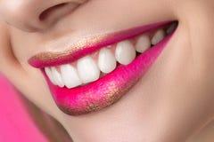 Закройте вверх по взгляду красивых усмехаясь губ женщины Стоковые Фотографии RF