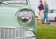 Закройте вверх по взгляду классической фары автомобиля Стоковая Фотография