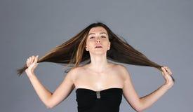 Закройте вверх по взгляду к молодой красивой женщине с роскошным стилем причёсок Стоковое Фото