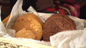 Закройте вверх по взгляду к печеньям и машине кофе В движении Стоковые Фото