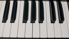 Закройте вверх по взгляду ключей рояля стоковые изображения rf