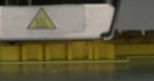 Закройте вверх по взгляду модели печатания пластичной на принтере 3D в процессе видеоматериал