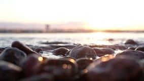 Закройте вверх по взгляду на камнях на береге моря видеоматериал