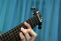 Закройте вверх по взгляду парня играя гитару Стоковые Изображения