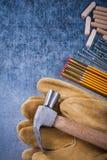 Закройте вверх по взгляду перчаток кожи молотка с раздвоенным хвостом защитных деревянных меня Стоковые Фотографии RF
