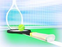 Закройте вверх по взгляду ракеток и шарика тенниса на теннисном корте Стоковые Фото