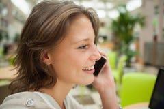 Закройте вверх по взгляду со стороны женщины используя мобильный телефон Стоковая Фотография RF