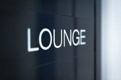 Черный знак к комнате салона в авиапорте. Стоковое Изображение RF