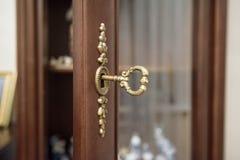 Закройте вверх по винтажному ключу в keyhole Стоковая Фотография