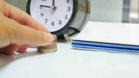 Закройте вверх по винтажным часам с календарем Стоковое фото RF