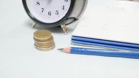 Закройте вверх по винтажным часам с календарем Стоковое Изображение RF