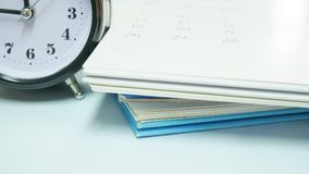 Закройте вверх по винтажным часам с календарем Стоковые Изображения RF