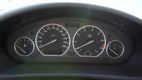 Закройте вверх по видео- съемке приборной панели скорости автомобиля акции видеоматериалы